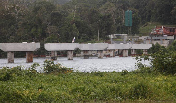 Actualmente, así se mantiene la construcción del nuevo puente en la comunidad de Gamboa. Foto: Yaissel Urieta Moreno
