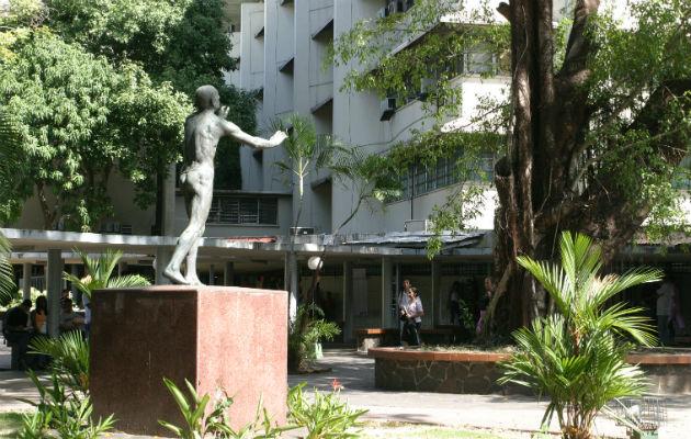 Estatua Hacia la luz en la Universidad de Panamá, al lado de la Biblioteca interamricana 'Simón Bolívar'. Foto: Archivo.