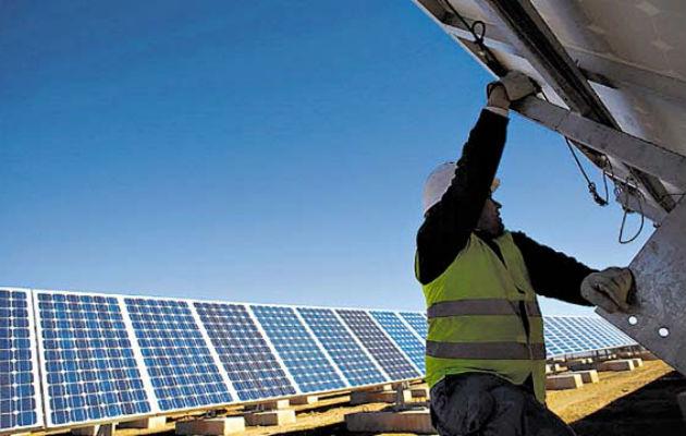 ASEP defiende la propuesta de cobrar extra a quienes usen energía solar y a la misma vez se conecten a la red