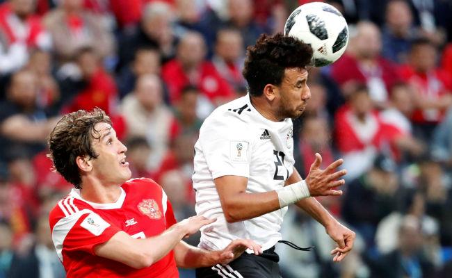 El defensa ruso Mário Fernandes y el delantero egipcio Trezeguet (der) disputa un balón. Foto:EFE