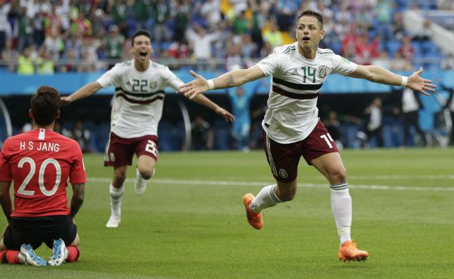 "Javier ""Chicharito"" Hernández (der.) festeja su gol. Foto:AP"