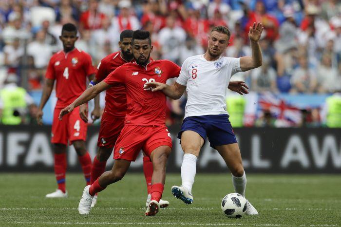 Aníbal Godoy disputa el balón con el inglés Jordan Henderson. Foto AP