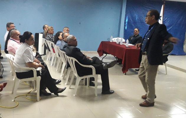 Pachar (der), en su disertación en Chiriquí. Foto: Mayra Madrid.