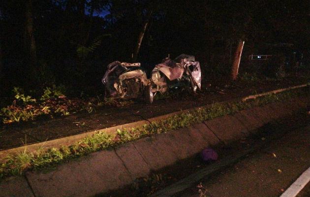 El auto quedó destrozado del fuerte impacto tras el accidente en Chiriquí. Foto: José Vásquez.