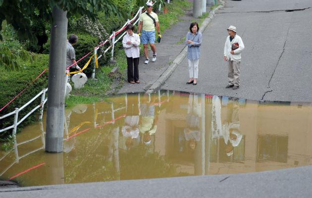 Residentes observan una vía dañada luego del impacto de un terremoto de 6.7. FOTO/EFE