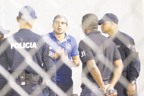 Juan Ramón Solís mientras hablaba con el personal de seguridad. /Foto Cortesía