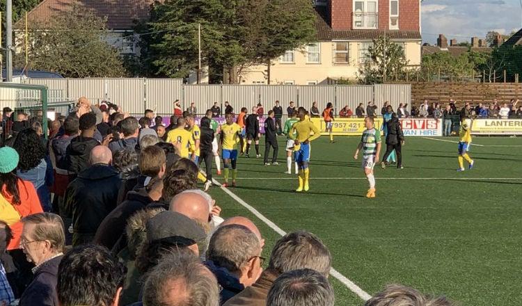 Los jugadores del Haringey Borough abandonan la cancha Foto @ViewFromTheNin
