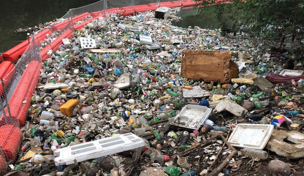 La barrera flotante BOB atrapa en el río Matías Hernández 7.4 toneladas de basura en promedio mensual. Foto Cortesía