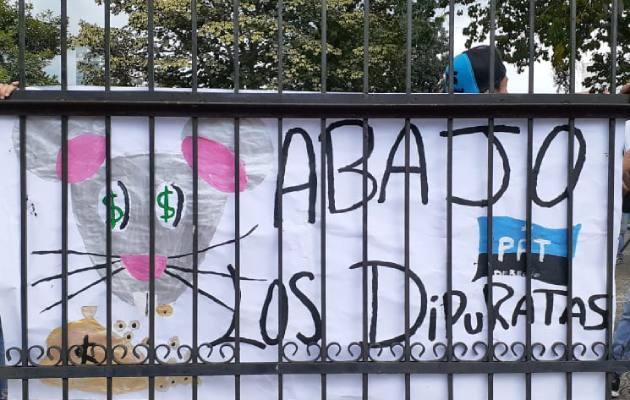 Las protestas en las afuera de la Asamblea Nacional se iniciaron antes de las 2:00 de la tarde de este lunes.
