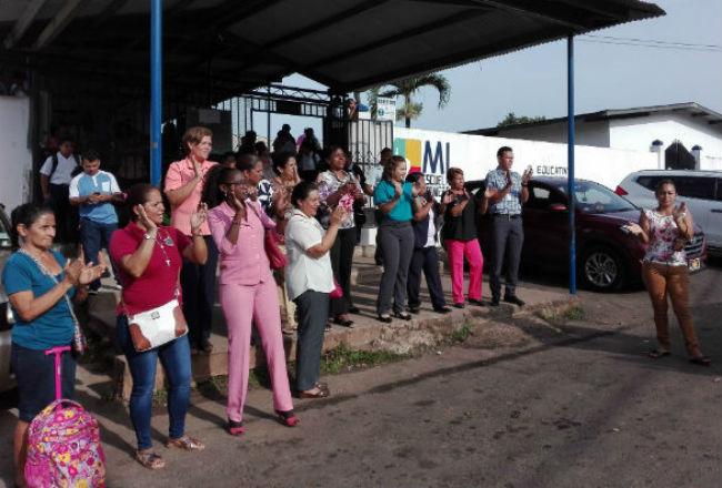 Los padres de familia protestan por la insalubridad que hay en el plantel a causa de la falta de agua potable y personal de aseo.