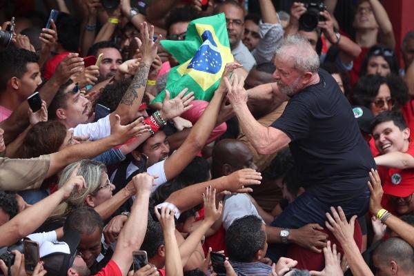 El expresidente brasileño Luiz Inácio Lula da Silva, se reunió el sábado con sus simpatizantes. FOTO/EFE