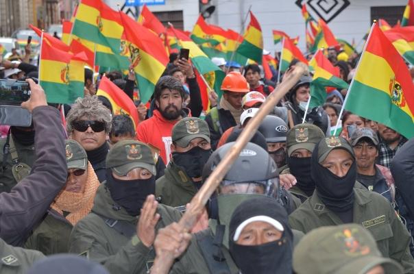 Los fuerzas militares y policiales habían guardado distancia hasta ahora de la situación política del país. FOTO/EFE