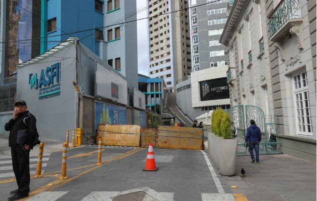 Trinchera instalada en un centro comercial para evitar saqueos en La Paz. Foto: EFE.