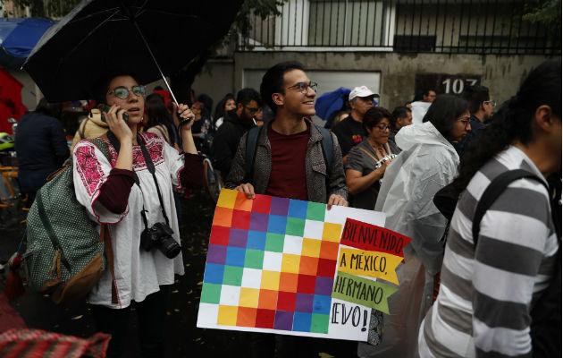 Los manifestantes llevaron banderas de Bolivia y banderas whipala. Foto: AP.