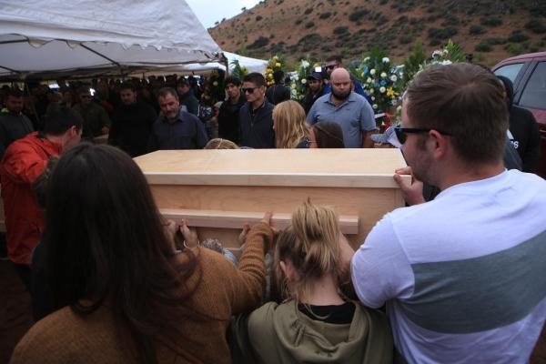 Familiares y amigos asisten al funeral de las nueve personas víctimas de una masacre este viernes en el estado de Sonora. FOTO/EFE