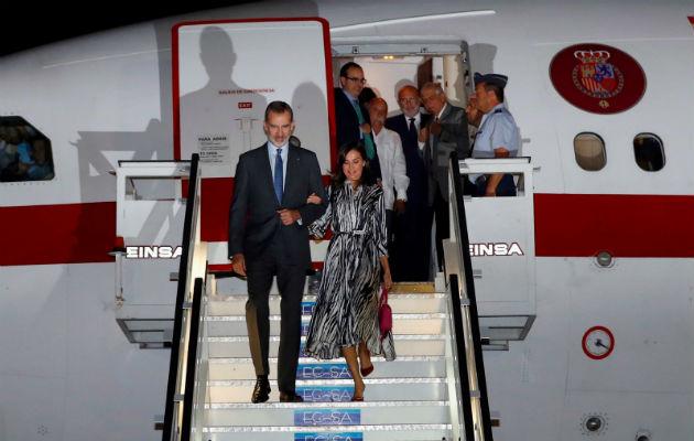 El Rey Felipe VI y la Reina Letizia a su llegada al aeropuerto Internacional José Martí en La Habana. Foto: EFE.