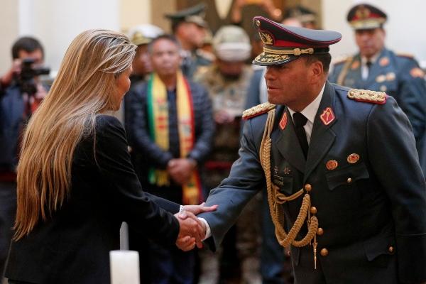 El comandante en jefe, Carlos Orellana Centellas (2i), saluda a la mandataria interina de Bolivia, Jeanine Áñez (i), durante la juramentación del nuevo Alto Cargo Militar este miércoles, en Palacio Quemado, en La Paz (Bolivia). FOTO/EFE