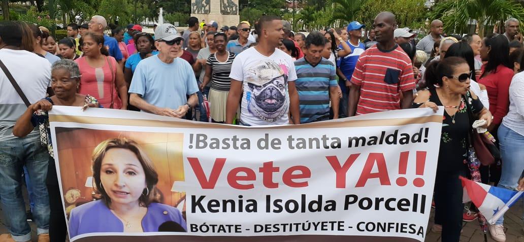 Los manifestantes realizaron la protesta en contra de la procuradora Kenia Porcell en el Parque Porras. Foto Víctor Arosemena