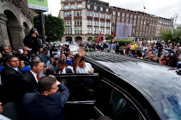 El ex presidente boliviano Evo Morales aborda un SUV después de una reunión con la alcaldesa de Ciudad de México, Claudia Sheinbaum, en el Ayuntamiento donde fue condecorado con una distinguida medalla ciudadana. FOTO/AP