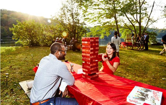 Algunas parejas eligen ofrecer juegos como una forma de fomentar la interacción entre sus invitados. Foto/ Amy Lombard para The New York Times.
