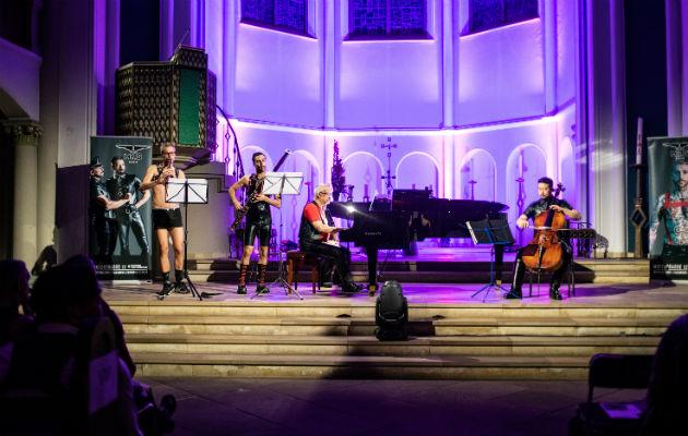 El concierto Classic Meets Fetish en una iglesia de Berlín, un evento inaugural durante el festival Folsom Europa. Foto/ Lena Mucha.