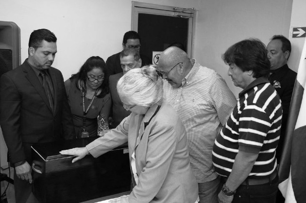Kilmara y Carlos Eduardo Mendizábal, entre lágrimas, reciben los restos de su hermana Marlene, desaparecida durante la dictadura militar en 1976, en un acto el 27 de diciembre de 2017 en el Instituto de Medicina Legal. Foto: Archivo. Epasa.
