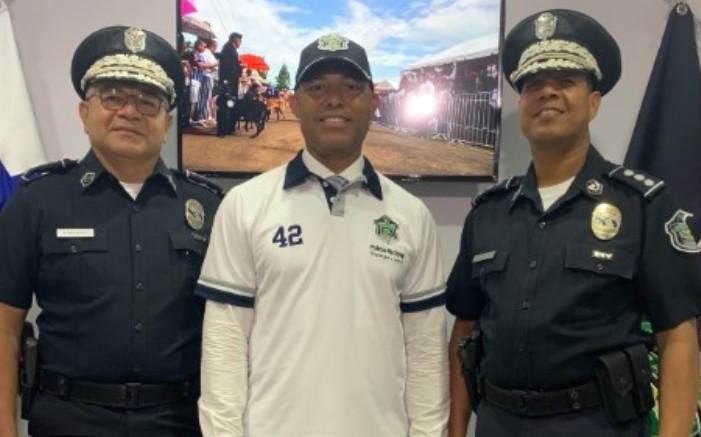 El exgrandes ligas y miembro del Salón de la Fama, Mariano Rivera, fue condecorado por la Policía Nacional.