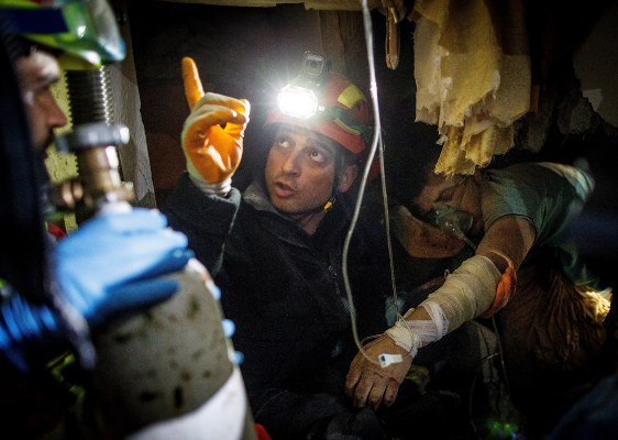 Los bomberos que intentan rescatar a un sobreviviente después de un terremoto golpearon Thumane, Albania. FOTO/AP