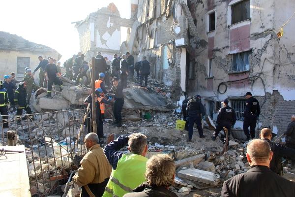 Un equipo de rescate busca sobrevivientes en los escombros de un edificio después de un terremoto en Thumane, Albania. FOTO/AP