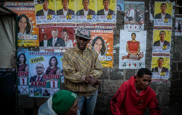 Un muro cubierto con pósters de la campaña en Antananarivo, Capital de Madagascar. Foto/ Finbarr O'Reilly.