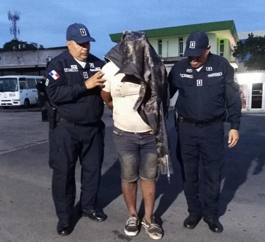 El presunto delincuente está vinculado en unos 11 casos de robo a mano armada a restaurantes y mantenía una orden de captura. Foto/Eric Montenegro