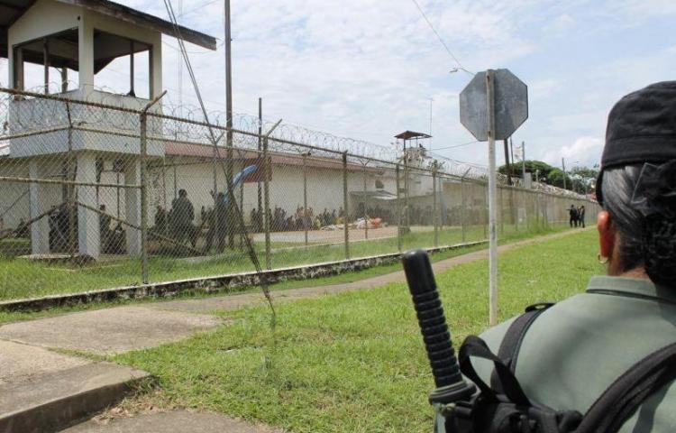 La reyerta inició pasado el medio día; dos grupos rivales se toparon en el patio del penal. Foto: Panamá América.
