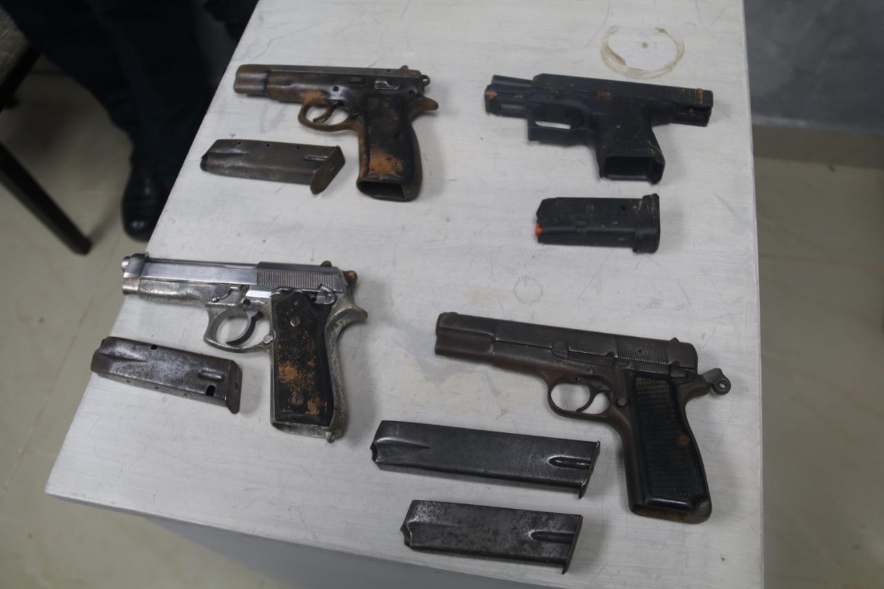 Cuatro armas de fuego, 61 municiones y 3 proveedores fueron decomisados en la cárcel La Joyita.