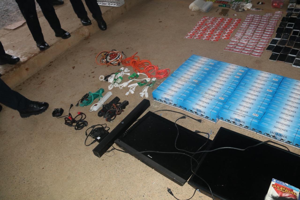 Cajas de cigarrillos, consola de videojuegos y un router fueron hallados en la requisa.