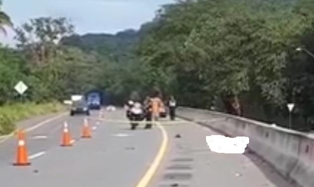 Las unidades de la DNOT realizan las investigaciones para ubicar al conductor y al vehículo involucrados de este hecho de tránsito. FOTO/Mayra Madrid