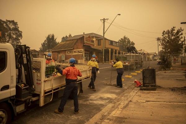 Los trabajadores levantan cercas alrededor de propiedades que fueron destruidas en un incendio forestal en Cobargo, Nueva Gales del Sur, Australia. FOTO/AP
