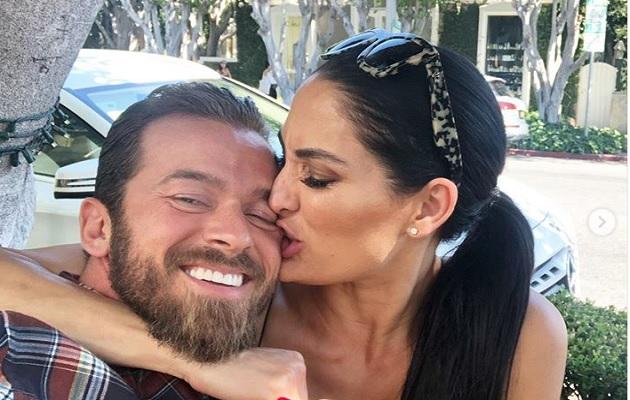 Nikki Bella junto a su pareja.
