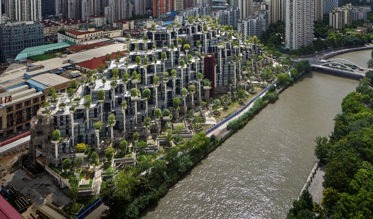 El edificio-bosque con el referente del río que lo circunda. Foto: EFE