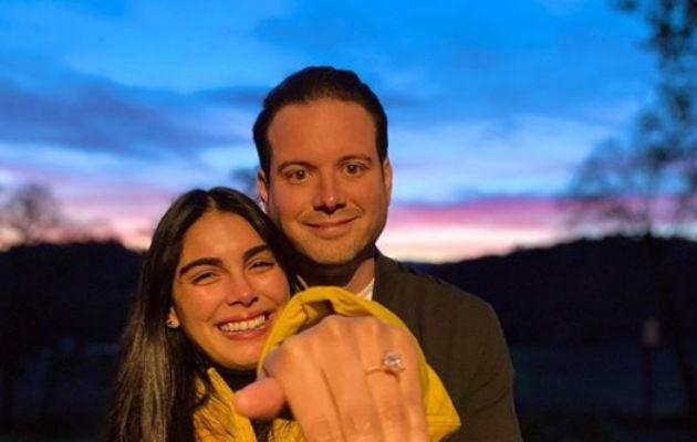 Elizabeth Grimaldo y su prometido.