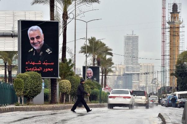 Carteles del Cuerpo de Guardias Revolucionarios Iraníes asesinados (IRGC) Teniente general y comandante de la Fuerza Quds Qasem Soleimani son vistos en la carretera en Beirut, Líbano. FOTO/AP