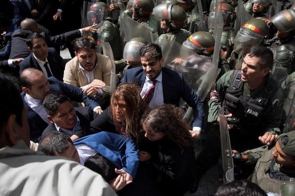 El Parlamentario Juan Guaidó y varios miembros del Parlamento trataron de ingresar a la Asamblea Nacional para las elecciones parlamentarias. FOTO/AP