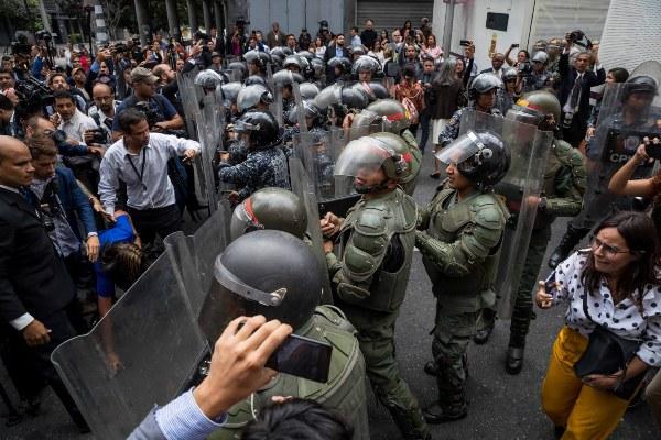 Opositores venezolanos lucha contra la Policía para poder ingresar a la Asamblea Nacional. FOTO/EFE
