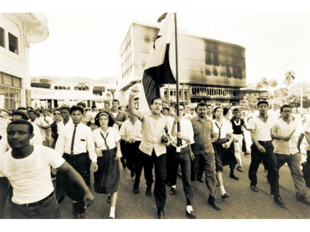 La juventud panameña, representada por los estudiantes del Instituto Nacional de Panamá, hizo valer con gran afirmación nacional, la soberanía sobre todo el territorio de Panamá. Foto: Archivo. Epasa.
