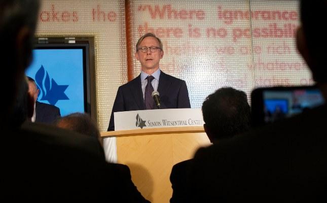 Brian Hook, un representante especial de EE. UU. En Irán, responde preguntas de los medios de comunicación en el Centro Simon Wiesenthal en Los Ángeles. FOTO/AP