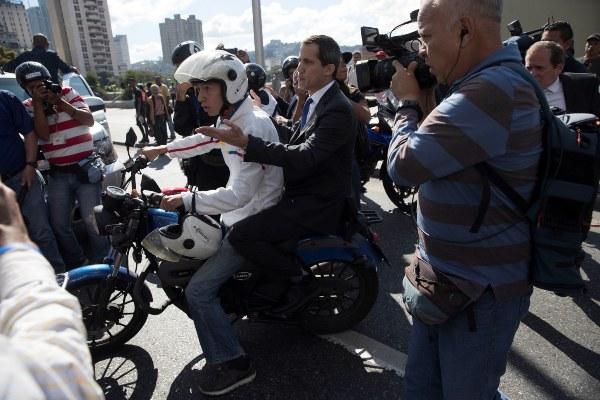 El líder opositor Juan Guaidó lidera una caravana con varias decenas de diputados que intentarán ingresar al Parlamento de Venezuela, solo dos días después de que la Policía militarizada impidiera el paso a la Cámara al propio Guaidó y a varios legisladores que le apoyan, en Caracas (Venezuela). FOTO/EFE
