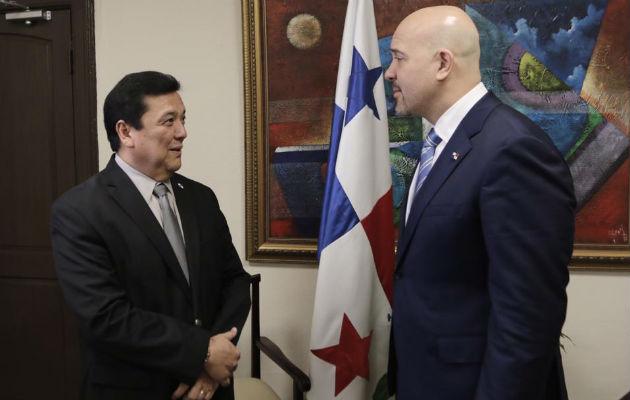 Encuentro entre el procurador Eduardo Ulloa y el ministro Rolando Mirones. Foto/Cortesía