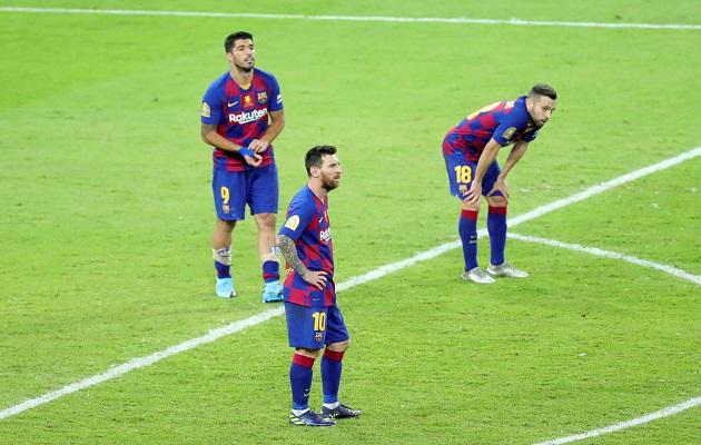 Liionel Messi (c), Luis Suárez (i) y Jordi Alba lamentan la derrota. Foto:EFE