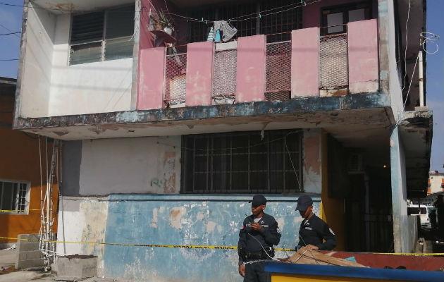 El fallecido quedó entre un callejón de un edificio y el centro de salud de calle 4. Foto: Diómedes Sánchez S.