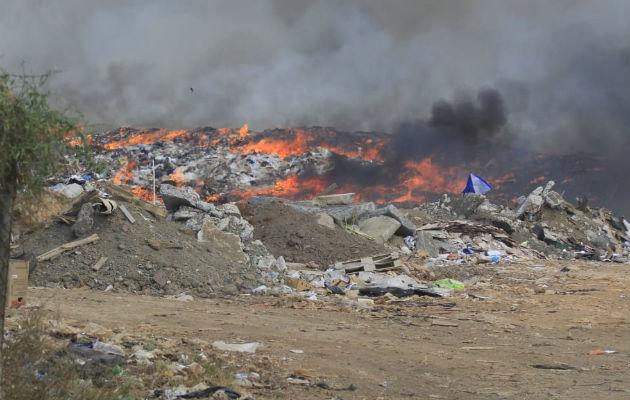 Siguen trabajos con maquinaria pesada para aplacar el incendio que inició el miércoles. Foto: Thays Domínguez.