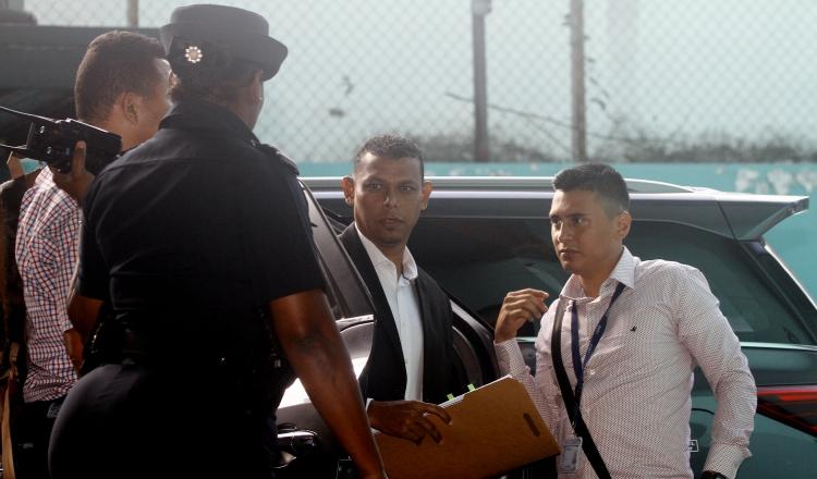 Alex Cedeño (izq.), a su llegada ayer el Sistema Penal Acusatorio en Plaza Ágora. Edward Santos